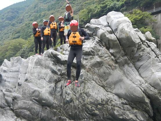 高い岩から飛び込む