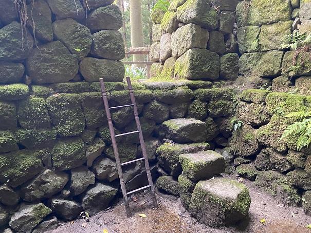 志保山の風穴 降りる階段