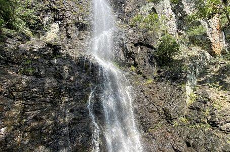 七宝山不動の滝 高さ50mの大絶壁の虹がかかる壮観な滝 三豊市