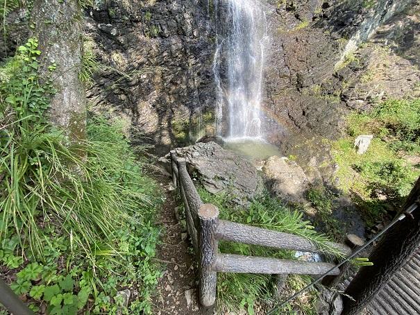 不動の滝滝つぼへ