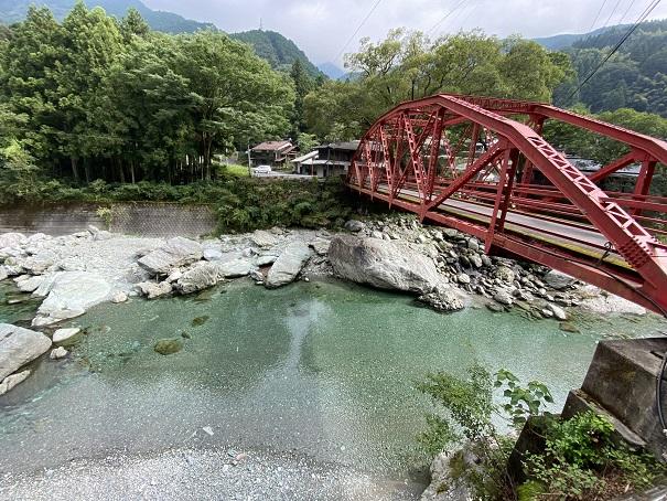加茂川と赤い橋
