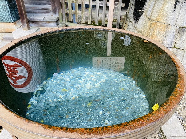金比羅宮旭社の水がめ1円玉を浮かべる