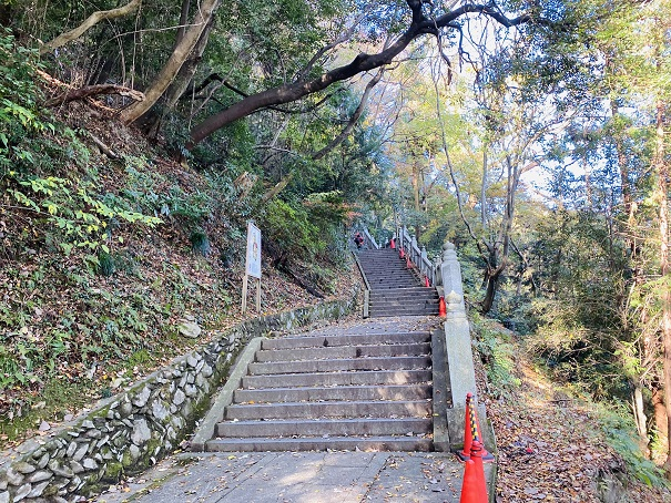 階段の先に厳魂神社(奥社)