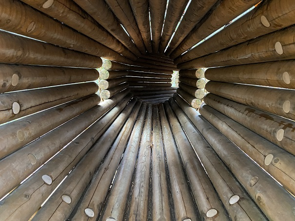国立吉備青少年自然の家 丸太トンネル中