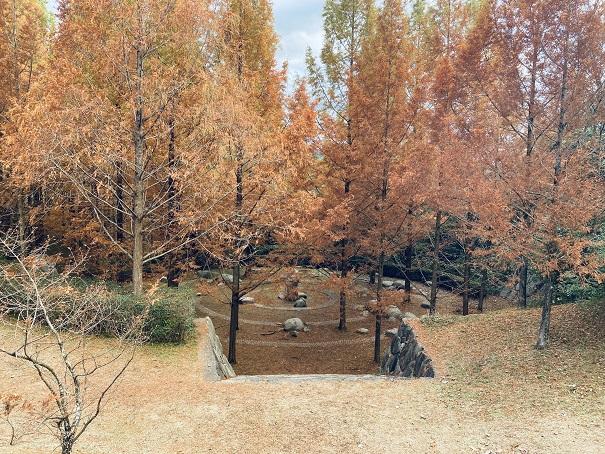 太古の森石のモニュメント