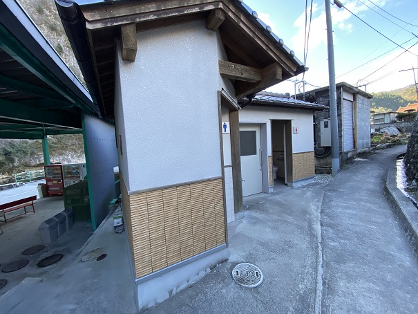 井倉洞入り口付近のトイレ