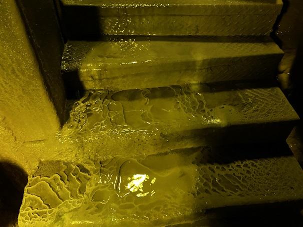 井倉洞 鍾乳石化する階段アップ
