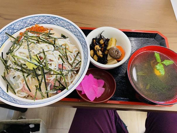 郷土料理潮風 本日の海鮮丼
