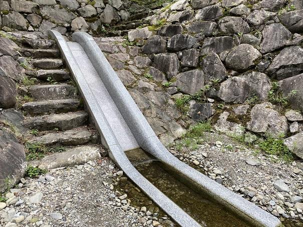 奥の湯ふれあいの里 自然プール石の滑り台2