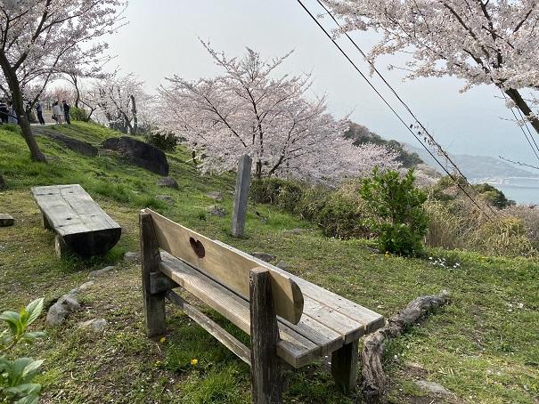 紫雲出山絶景カフェ横ハートのベンチ