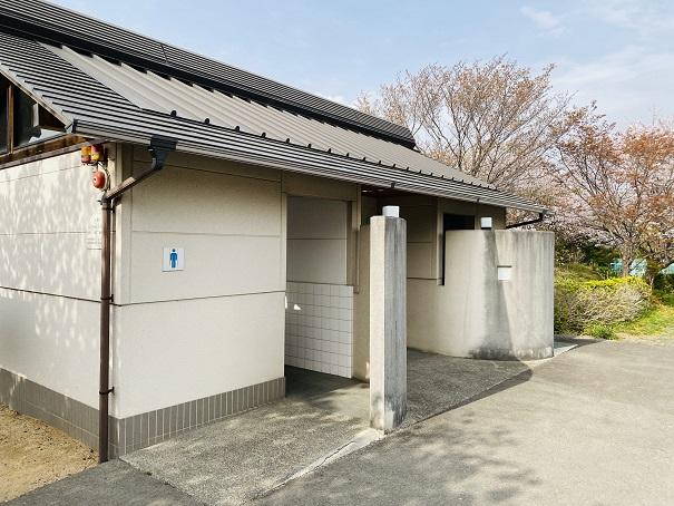 県立亀鶴公園 南側駐車場のトイレ