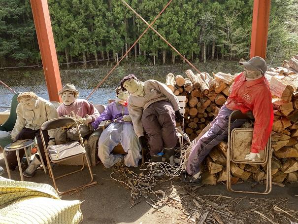 かかしの里 木材店のかかし近くで