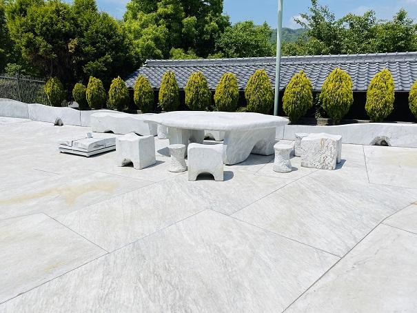 耕三寺博物館 未来心の丘 テーブル