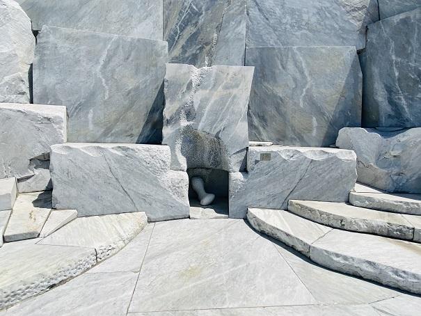 耕三寺博物館 未来心の丘安らぎと力の腰掛け  離れて