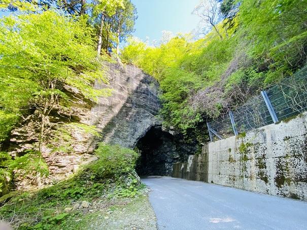 UFOラインへ行くトンネル