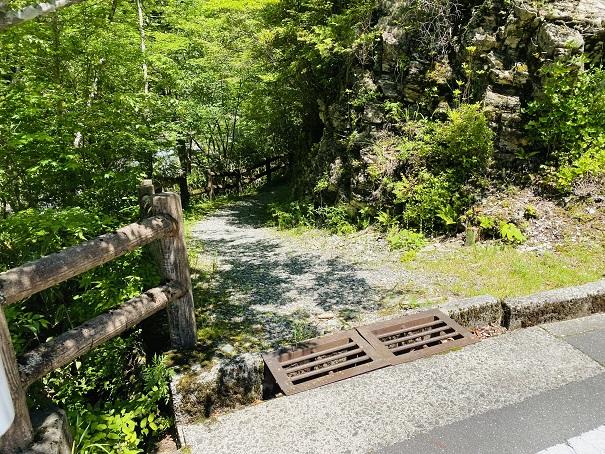 白猪谷オートキャンプ場 川への道