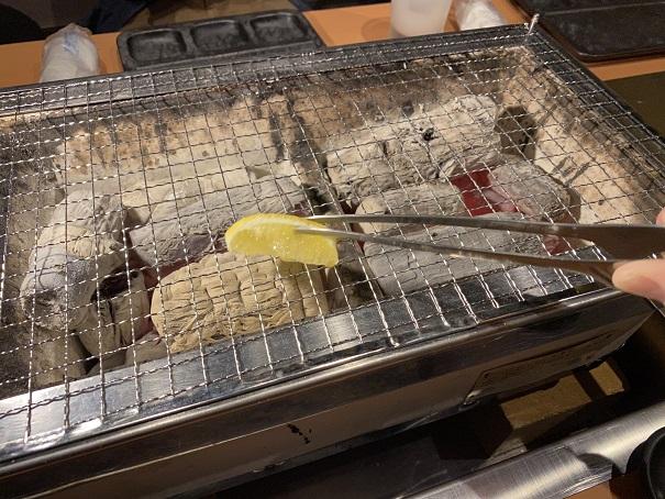 肉の近どう丸亀店 焼き網にレモンを