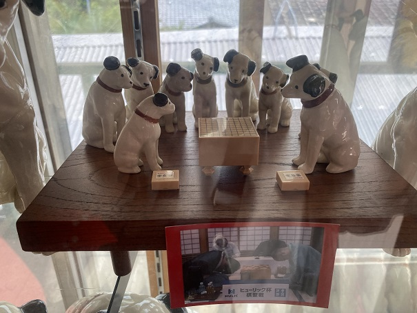 倉敷Dog資料館 将棋を指すビクターの犬