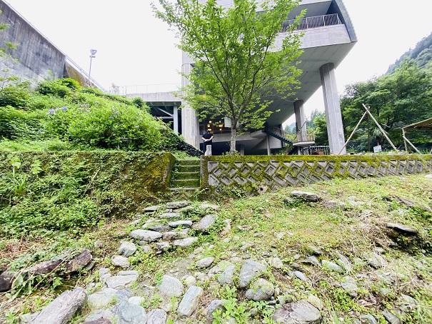 美郷ほたる館 川への階段