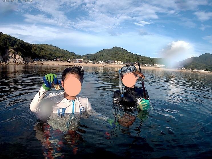海で銛で魚の突きを楽しむ