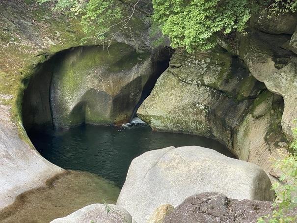 深い滝壺には気をつける