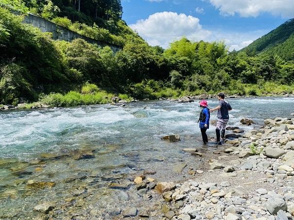 流れが急な川では泳がない