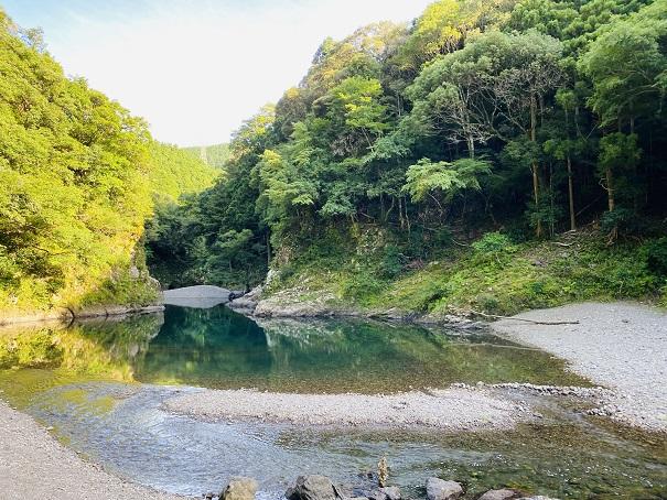 エメラルドグリーンの赤松川