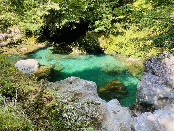 瀬戸川渓谷 きれいなえめらるどの池