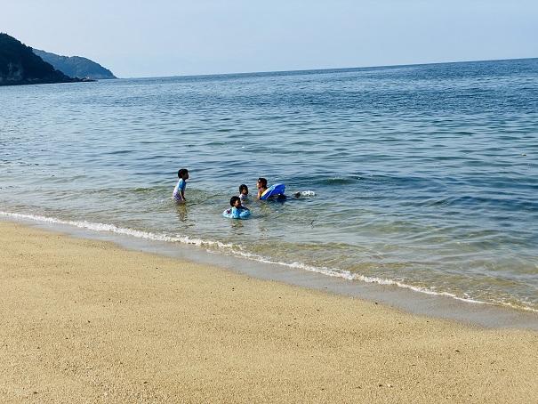 海で子供から目を離さない