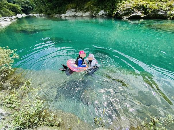 浮き輪で川遊び