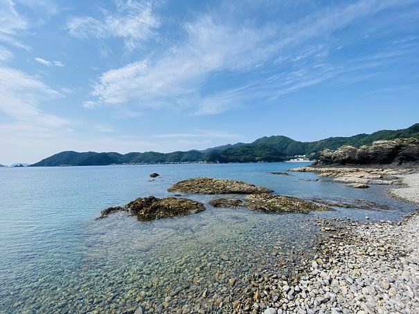 海で石やガラスなどで足を切らないように気を付ける